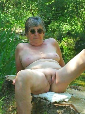 Grandma porn showing mature older pussy.