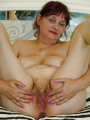 I LOVE OLDER WOMEN SPREADING THEIR PUSSY !