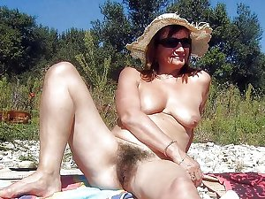 Sexy Granny with hairy cunt! Amateur!