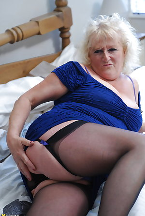 Old amateur grandma plays with pink dildo