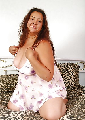 plump older babe posing and toying on the bed
